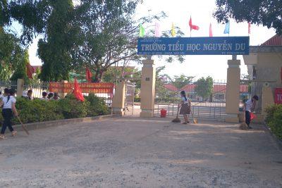 Liên đội trường TH Nguyễn Du tổng dọn vệ sinh chào mừng lễ 30/4/2021