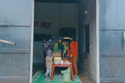 Tổ chức Chi bộ, Nhà trường, Công đoàn và đội trường TH Nguyễn Du tết gia đình Y'Mít Alê ( ngày 29/12 AL)