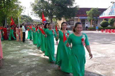 Lễ diễu hành của CB – GV trường TH Nguyễn Du nhân ngày kỷ niệm 30 ngày thành lập xã Ea Tih 1/12/1988 – 1/12/2018